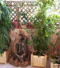 ξύλινες γλάστρες με φυτά σκιάς & συντριβάνι με τρεχούμενο νερό