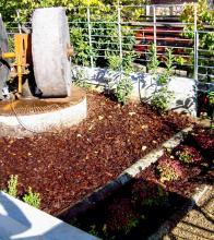 Φλοιός πεύκου, κορμοί δέντρων & βότσαλο για εδαφοκάλυψη