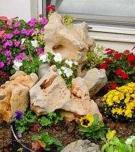 βραχόκηπος με διακοσμητικές πέτρες & εποχιακά λουλούδια